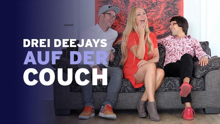 drei djs auf der couch music4friends. Black Bedroom Furniture Sets. Home Design Ideas